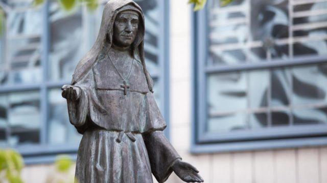Statue der heiligen Maria Magdalena Postel im Innenhof des Bergklosters Bestwig. (Foto: SMMP/Beer)