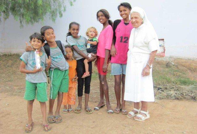 Täglich ist Schwester Albertina Maria Medeiros Luciano im staubigen Armenviertel von Rio Pardo unterwegs. Die Kinder lieben sie. (Foto: SMMP/Meilwes)