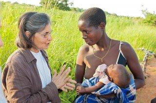 Schwester Leila mit einer jungen Mutter in Metarica, Mosambik. (Foto: Achim Pohl)