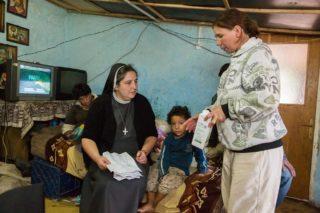 Schwester Carmen Tereza Rusu besucht regelmäßig Speranta. Sie schaut regelmäßig vorbei, versorgt Marias Wunde und kauft frische Milch für die Kinder. (Foto: Achim Pohl)
