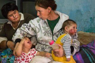 Speranta mit ihren Kinder: Die sechs Monate alte Maria hat eine große, nässende Wunde auf der Wange. Marias zweijährige Schwester weint und zerrt an Sperantas Pulli. (Foto: Achim Pohl)