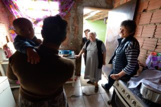 Sr. M. Ludwigis Bilo und Sabine Stephan besuchen die alleinerziehende Mutter Viviane (31 Jahre) und ihre Familie, die in prekären Verhältnissen und auf engstem Raum leben, Niederlassung der Schwestern der heiligen Maria Magdalena Postel (SMMP) in Leme, Sao Paulo, Brasilien: (Foto: Florian Kopp/SMMP)