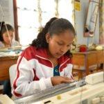 Eliabeth, 16 Jahre, an der Strickmaschine - Ausbildungskurs (Stricken und Häkeln) im Kinderheim Comunidad Ancieto Solares, Vallegrande, Departamento Santa Cruz, Bolivien; Foto: Florian Kopp/SMMP