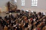 Das Panorama von der Empore aus zeigt den vollen Kirchraum mit dem Chor und der Orgel im Hintergrund.