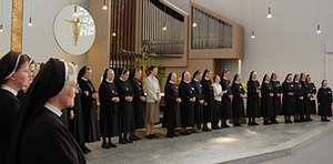 In der Dreifaltigkeitskirche ruft Schwester Maria Hildegard Schültingkemper dann die Delegationen aus den zehn Bistümern einzeln nach vorn.