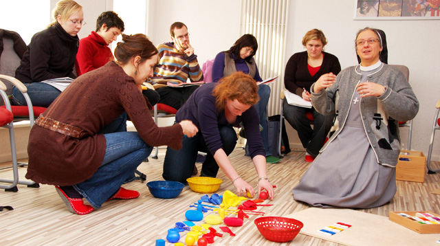 Schwester Petra Stelzner mit dem Diplom-Kurs im Montessori-Seminar Berlin (Foto: SMMP/Bock)