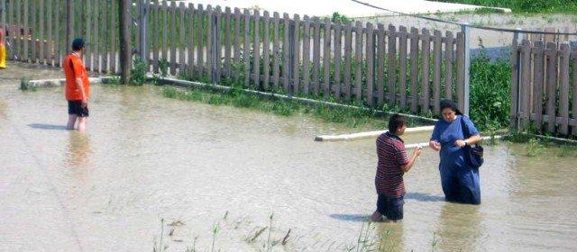 Schwester Carmen Tereza mit Dorfbewohnern von Schineni in den Fluten des Hochwassers im Juli 2010