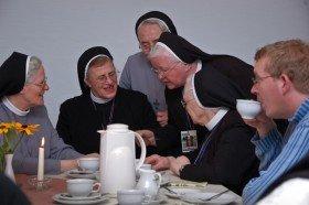 Angeregt unterhalten sich die Schwestern beim Kaffee nach den Vorträgen über die Wiedervereinigung und die Ordensgeschichte wahrend der deutsch-deutschen Teilung uber ihre Erlebnisse und Erfahrungen in dieser Zeit. Foto: SMMP/Bock