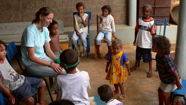 Missionarin auf Zeit: Johanna Wagner bei der Arbeit mit Kindern in Leme, Brasilien. Foto: SMMP