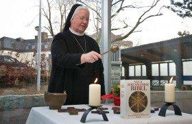 Generaloberin Schwester Aloisia Höing segnet die Kreuze, die in den neuen Räumen aufgehängt werden. Foto: SMMP/Bock