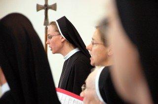 Der Schwesternchor unter Leitung von Sr. Theresita Maria Müller begleitete den Gottesdienst musikalisch und brachte den Jubilarinnen auch anschließend im Großen Saal noch ein Ständchen. Foto: SMMP/Bock