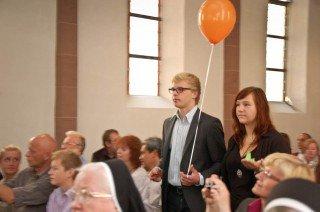 Mit bunten Luftballons ziehen die MaZ in die Kirche ein. Foto: SMMP/Bock