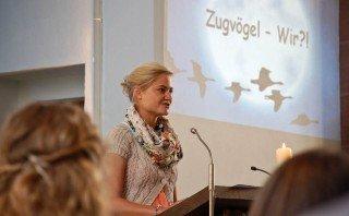 Wie Zugvögel fliegen die neuen MaZ nun in die weite Welt. Anne Schmeing erläutert das Thema des Aussendungsgottesdientes. Foto: SMMP/Bock