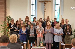 Gemeinsam singen die neuen Missionare auf Zeit das Lied
