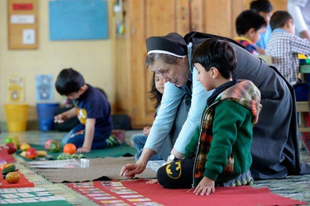 """Die deutsche Schwester Maria Cornelia Koch, Gründerin des Kinderhauses, arbeitet mit Rudy, 5 Jahre, Montessori-Kindergarten und -Grundschule """"Kinderhaus Santa Maria Magdalena Postel"""", Cochabamba, Departamento Cochabamba, Bolivien; Foto: Florian Kopp/SMMP"""