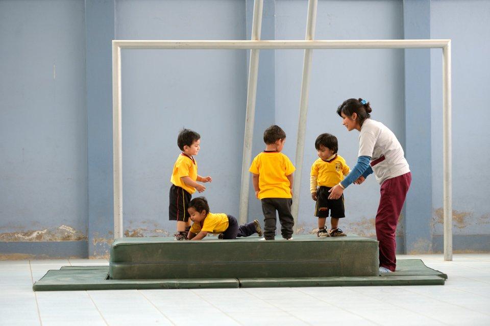 """2-jährige im Sportunterricht, Montessori-Kindergarten und -Grundschule """"Kinderhaus Santa Maria Magdalena Postel"""", Cochabamba, Departamento Cochabamba, Bolivien; Foto: Florian Kopp/SMMP"""