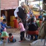 """Auf dem öffentlichen Markt """"La Cancha"""" sind die Kinder der Verkäuferinnen meist den ganzen Tag sich selbst überlassen oder """"laufen einfach mit"""". Im Kindergarten und der Schule """"Kinderhaus Santa Maria Magdalena Postel"""" werden sie aufgenommen und erhalten eine vorbildliche Erziehung, Cochabamba, Departamento Cochabamba, Bolivien; Foto: Florian Kopp/SMMP"""