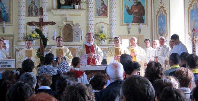 Kirchweihe in Schineni: Reliquien der Ordensgründerin im Altar bezeugen die enge Bindung zwischen Gemeinde und Ordensgemeinschaft. (Foto: SMMP/Meilwes)