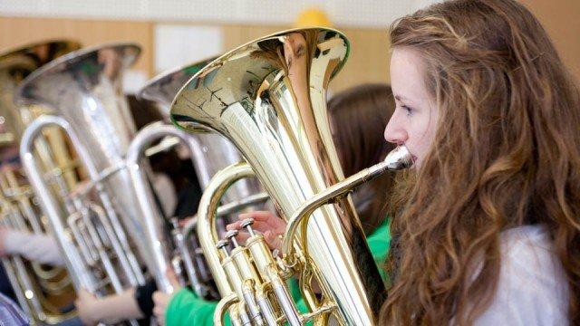 Satzprobe fünf Tuben: Für Ihr Jahreskonzert probten die rund 50 Musikerinnen und Musiker der Mescheder Wind Band im Berufskolleg Bergkloster Bestwig. (Foto: SMMP/Beer)