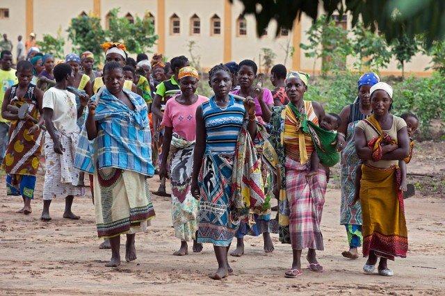 Auf dem Weg zur Gemeinschaftsarbeit: Einmal wöchentlich arbeiten die Familien, die in Metarica, Mosambik, durch das Patenschaftsprogramm der Schwestern der heiligen Maria Magdalena Postel unterstützt werden, auf dem Feld der Kongregation. Den Ertrag ihrer Arbeit teilen sie entweder untereinander auf oder geben ihn an andere Bedürftige weiter. (Foto: Achim Pohl)