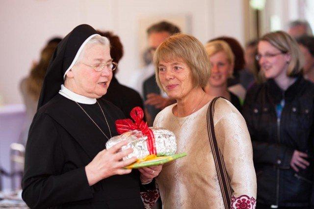 Lang war die Schlange derer, die sich von Schwester Placida persönlich verabschieden wollten, viele brachten Geschenke mit. (Foto: SMMP/Beer)