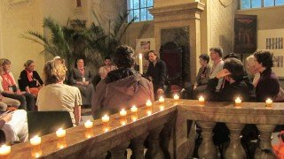Andächtig hören die Besucher dem Bibelerzähler Ralf Stallein in der stimmungsvollen Atmosphäre der Schlosskirche zu. Foto: SMMP/Meilwes