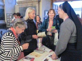 Schwester Laetitia Müller kommt nach der Bibelerzählnacht mit Interessierten ins Gespräch. Foto. SMMP/Meilwes