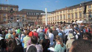 Mit dem Abschlussgottesdienst auf dem Schlossplatz endete der 98. deutsche Katholikentag. Daran nahm auch die 15köpfige Gruppe aus Bestwig teil. Foto: SMMP/Bock
