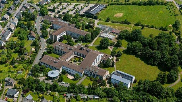 Das Bestwig Bergkloster  mit Tischlerei, Berufskolleg, Haus der Begegnung und Haus Birkenwinkel. (Foto: Hans Blossey)