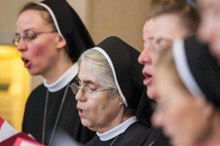 Ein Schwesternchor unter der Leitung von Sr. Gratia Feldmann gestaltete den Gottesdienst musikalisch mit. Foto. SMMP/Bock
