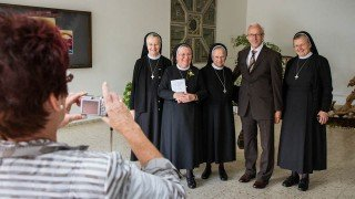 Auch der Heiligenstädter Bürgermeister Bernd Beck feierte in Bestwig mit. Hier lässt er sich von seiner Frau mit den rumänischen Schwestern fotografieren, die er schon in Schineni besucht hat. Foto: SMMP/Bock