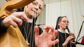 Schwester Theresia Lehmeier an der Harfe und Schwester Miriam Annette Görner an der Flöte beim Festakt im Kapitelsaal. Foto. SMMP/Bock
