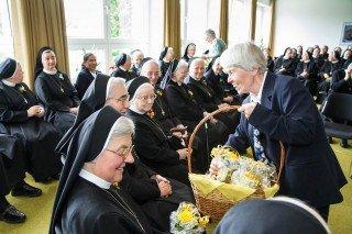 Maria Pantförder gratuliert den Jubilarinnen im Namen der Placidagemeinschaft. Foto. SMMP/Bock