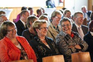 Knapp 200 Gäste hatten sich in der Aula der Edith-Stein-Ganztagshauptschule eingefunden. Sie folgten nicht nur den Festansprachen, sondern auch den launigen Beiträgen von Kathrin Heinrichs. Foto: SMMP/Bock