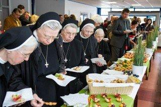 Die Qual der Wahl: Die Küche das Hauses Maria hatte für die abschlieߟende Begegnung ein buntes Buffet mit kleinen Häppchen zusammengestellt. Foto: SMMP/Bock