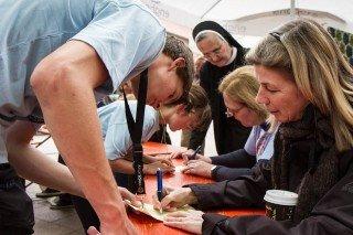 Schwester Adelgundis Pastusiak bewundert die Ausdauer der Schüler. An dieser Statiion erhalten Sie den Stempel für die nächste absolvierte Runde. Foto: SMMP/Bock