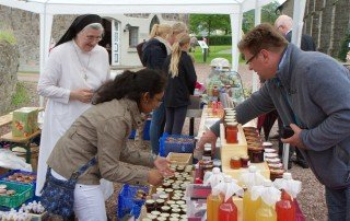 Schwestern aus dem Bergkloster Bestwig reisten ebenfalls an, stellten ihre Arbeit vor, verkauften selbstgemachte Liköre und Marmeladen. Foto: SMMP/Bock