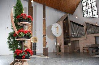 Herzstück des Bergklosters Bestwig ist die Drefaltigkeitskirche mit ihrer reichen Symbolik und der prägenden Ikebana-Gestaltung im Altarraum. Foto: SMMP/Beer
