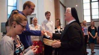 Im Rahmen der Aussendungsfeier gab Generaloberin Schwester Aloisia Höing den Missionaren auf Zeit ein kleines Kreuz mit den Farben der fünf Kontinente als Zeichen der Verbundenheit mit auf den Weg. (Foto: SMMP/Beer)