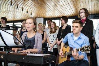 Schüler und Lehrer gestalteten den Gottesdienst in der Dreifaltigkeitskirche musikalisch mit. Foto: SMMP/Bock