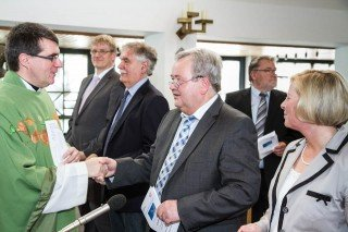 Pfarrer Günter Eickelmann (l.), der den Gottesdienst zelebrierte, gratuliert Willi Kruse zur Schulleitung und wünscht Fritz Henneböhl (3.v.l.) alles Gute für einen neuen Lebenssabschnitt. Foto: SMMP/Bock