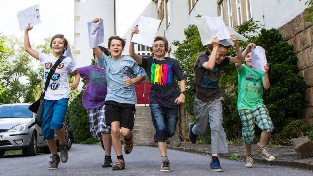 Hurra, endlich Ferien! Diese Fünftklässler aus dem Walburgisgymnasium in Menden freuen sich offensichtlich über gute Zeugnisnoten und auf sechseinhalb schulfreie Wochen. Foto: SMMP/Bock