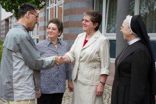 Johanna Küster (2.v.l.) und Gertrud Gries (2.v.r.) begrüßen in Heiligenstadt zusammen mit Sr. Konstantia einen Gast. Der Dienst an der Pforte und die Organisation des Klosterladens gehören mit zu den Aufgaben der 18-köpfigen Gruppe. Foto: SMMP/Bock