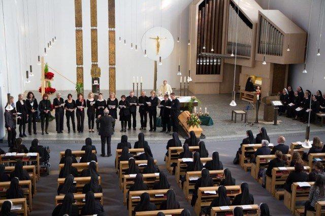 Der Lehrer-Chor des Engelsburg-Gymnasiums sang im Beerdigungsgottesdienst für Schwester Elisabeth. (Foto: SMMP/Beer)