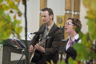 """Die Schwester von Sr. Ruth, Dorothee Betke, und deren Mann Tobias singen in der Kirche das Lied """"Keinen Tag soll es geben, da Du sagen musst: Niemand ist da."""" Foto: SMMP/Bock"""