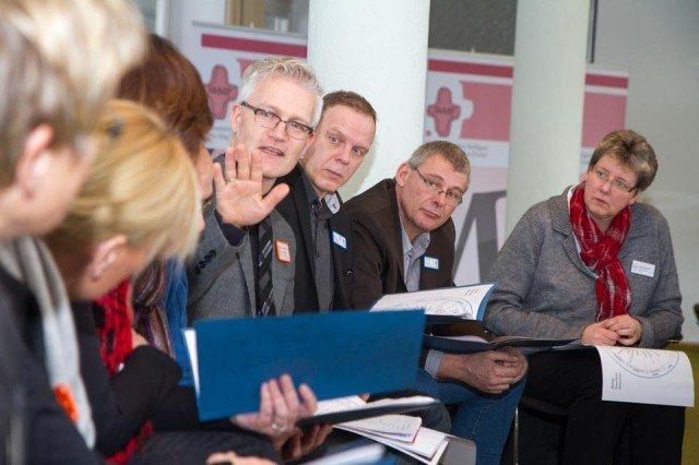Engagiert diskutieren Mitarbeiter der Seniorenhilfe über die Frage, wie sich kirchliche Feste in ihren Einrichtungen widerspiegeln. Foto: SMMP/Bock