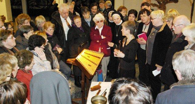 Neugierig befragen die Besucher der besinnlichen Stunde am Karfreitag Jessica Burri nach ihrem Vortrag zu den ungewöhnlichen Instrumenten. Foto: SMMP/Bock