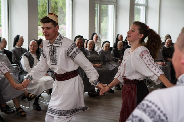 Bei einem rumänischen Nachmittag im Bergkloster Bestwig begeisterte die Gruppe aus Schineni die Schwestern mit Gesängen und folkloristischen Tänzen. Foto: SMMP/Bock