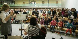 Der Festtag begann mit einem feierlichen Gottesdienst in der Sporthalle. Foto: Uwe Pukatzki