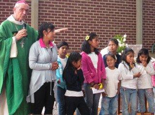 Erzbischof Tito Solares feierte mit den Kindern und den Mitarbeitern der Aldea den Gottesdienst. Foto: Schmidt-Teige/SMMP